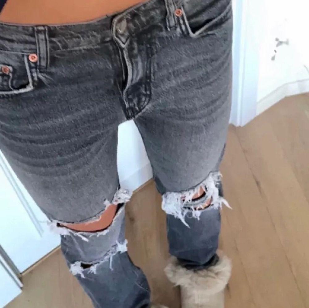 (Första bild lånad)Dessa coola och fina jeans med hål är perfekt nu på sommaren. Jätte sköna och luftiga. Storlek 38. Men passar mig som har 36 men också de med 38😀. Jeans & Byxor.