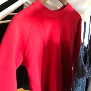 Cool röd collagetröja passar Strl S och M. Köparen står för frakt ❤️