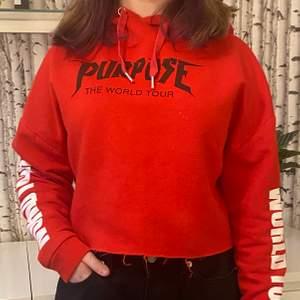 Croppad röd hoodie med purpose tour motiv. Avskuren midja och sparsamt använd