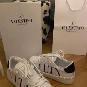 är någon intresserad av och byta dessa helt oanvända sprillans nya valentino garavani skor i storlek 38 mot ett par valentino skor i vilken modell som hellst i storlek 39-40💕