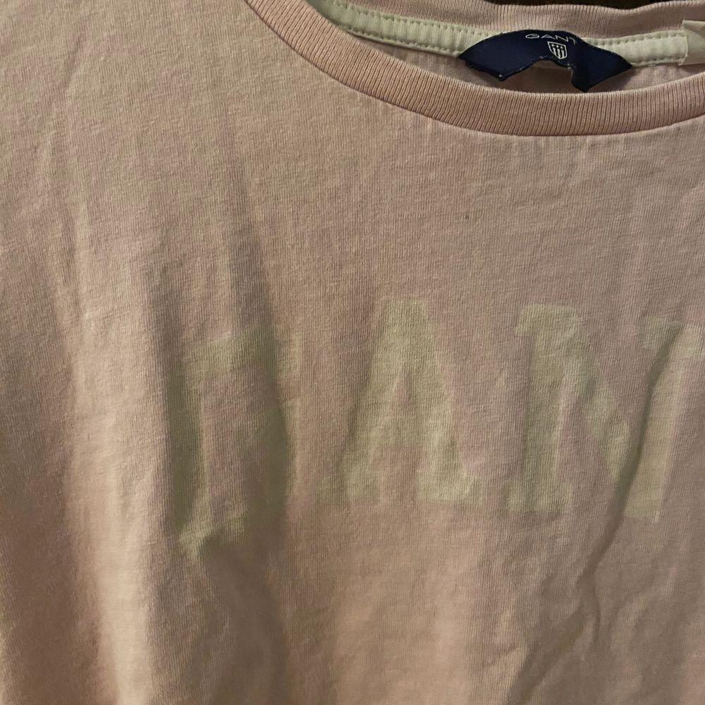 Säljer nu min ljus rosa GANT t-shirt!. T-shirts.