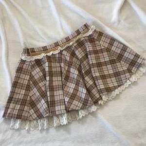 Söt kjol från Liz Lisa, imponerad från Japan. ✨ Säljer då den är för stor för mig, onesize men skulle säga att den passar en S-M, skickar gärna mått! 💕 I fint skick! Pris är ink. frakt!