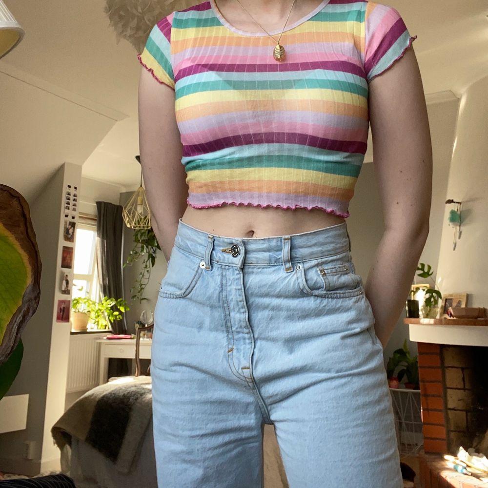 Så somrig och fin liten topp! Tyvärr för liten för mig.. älskar färgerna o den är väldigt bekväm. Frakt tillkommer.. T-shirts.