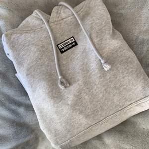 Säljer denna fina adidas hoodie i fint skick! Hoodien är ljusgrå och har adidas märket längst fram. Hoodien har även adidas-detaljer på ärmmuddarna och har en stor och mysig luva. Frakt tillkommer💗