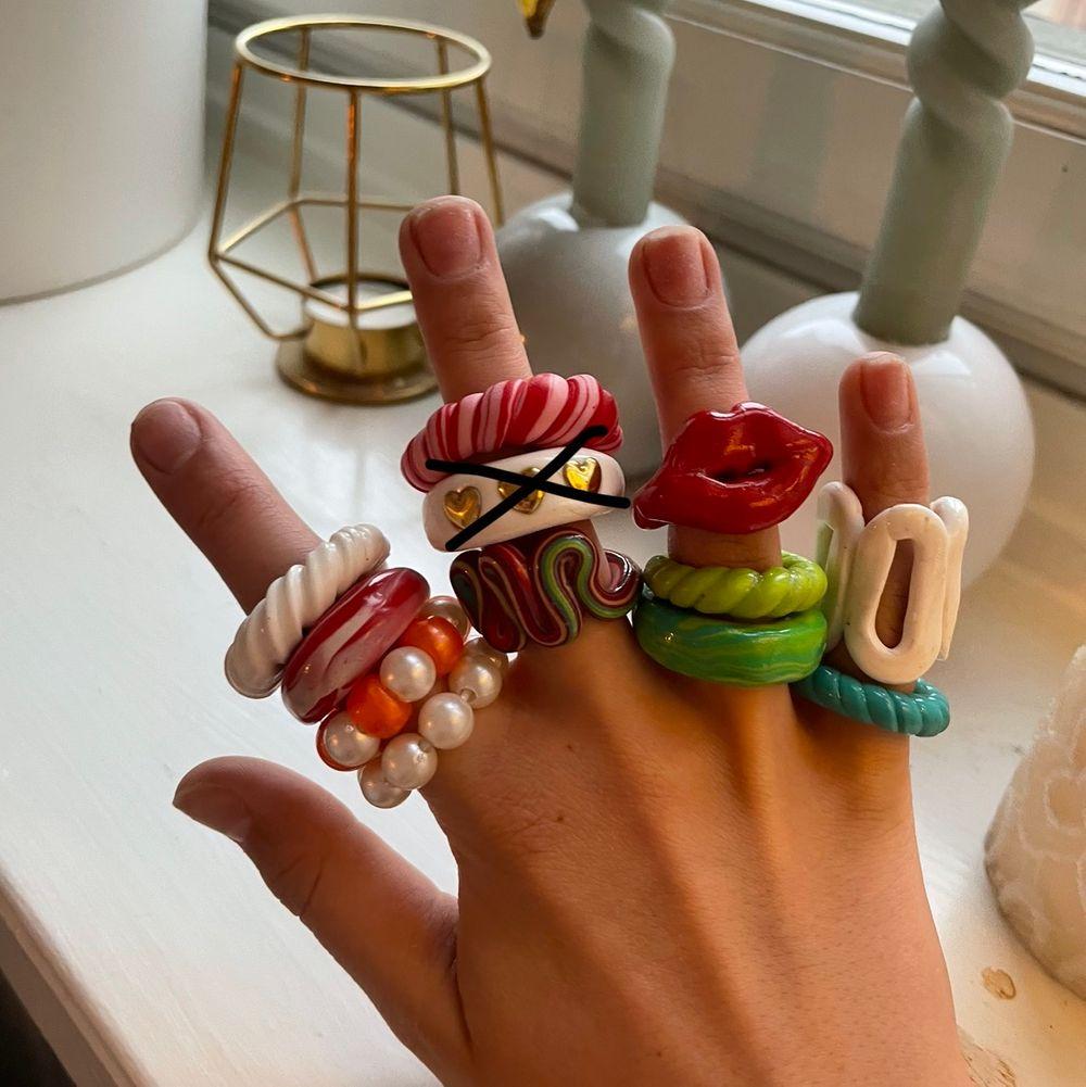 Superfina ringar som finns i alla olika designer💕 Du kan även skicka bilder till mig på en design du vill ha.☺️ De ringarna som är gjorda i lera kostar 25kr, och 30kr med lack (alla på bilden är lackade).💕 Priset blir lägre desto fler ringar du beställer☺️💕 FINNS I ALLA STORLEKAR!. Övrigt.