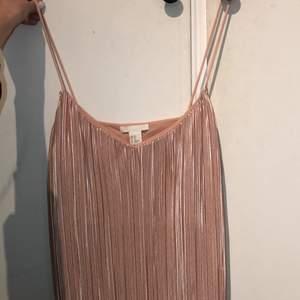 """Fint """"satin"""" linne i rosa färg. Strl XS men är rätt stort så skulle säga passa S/M med. Säljes för 70kr + frakt"""