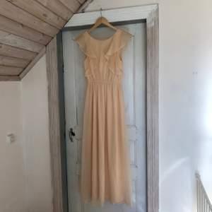 Säljer min balklänning som bara hängt i garderoben de senaste åren. Använd på balen såklart. Den är omsydd för att passa mig i längden med klackar. Jag är 162cm. Hör av dig om du har nån fråga 💜