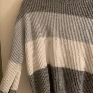 Stickad tröja i fina färger, sparsamt använd