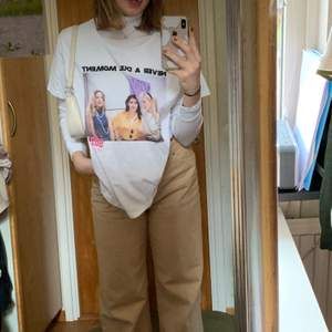 Snygg vit oversized T-shirt med tryck, använd fåtal gånger. Strlk XL för att få den oversized.