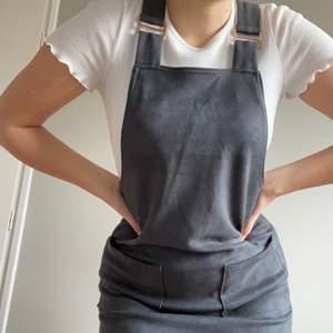 Hängselklänning i grå färg i fantastiskt material! Storlek 34 men passar även mig som är 36. Har två fickor fram. Den är köpt i london från märket select. Skriv ett meddelande för fler bilder eller frågor😊☀️