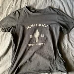 T-shirt från Gina tricot, i bra skick. Du står för frakt, kan mötas i järfälla. Original pris 129 kr, skriv privat för frågor och fler bilder:))