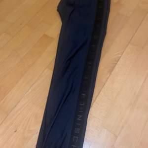 Säljer dessa tights från rönisch då jag tyvärr Beställde fel dom är andvända 1 gång och köpte för 599 säljer för 300 priset kan diskuteras skriv för fler bilder🥰