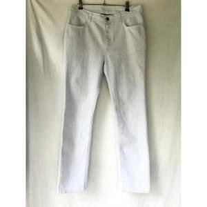 """RODEBJER"""" Babe"""" modell benvit jeans byxor Storlek 27 Nästan som ny skick  Mid-waist midja på dessa , Straight och skinny cut. Midja: 79cm  *RÖKFRI OCH DJURFRI HEM*"""