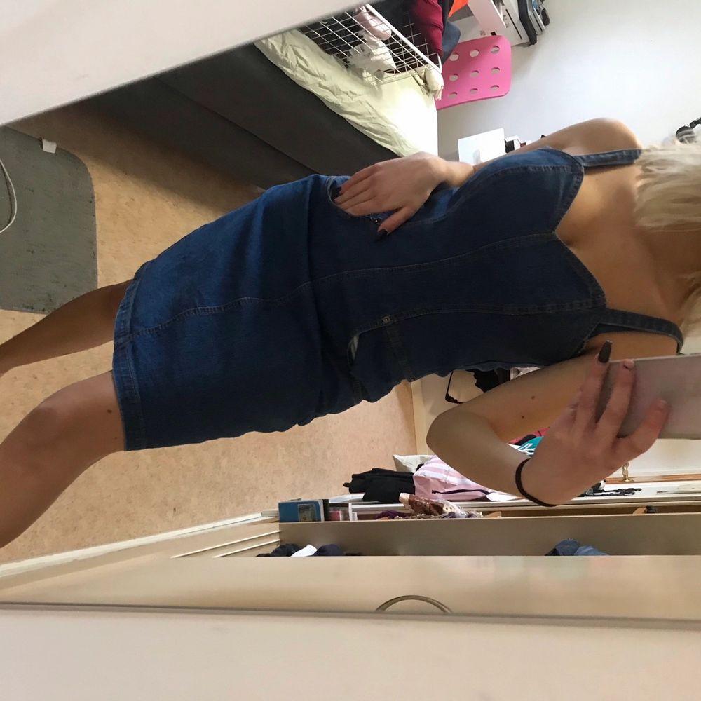 Jeans klänning köpt secondhand. Skit söt till sommaren, har fickor där fram. Står ingen storlek men skulle säga S/M. Fraktar endast just nu:). Klänningar.
