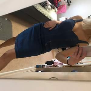 Jeans klänning köpt secondhand. Skit söt till sommaren, har fickor där fram. Står ingen storlek men skulle säga S/M. Fraktar endast just nu:)