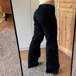 Ett par svarta kostymbyxor med raka byxben som går ner under skorna på mig. Ganska lågmidjade och sitter under nageln. Jag är 160cm och de passar mig som bär xs/s. 🧚🏽♂️