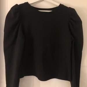 Snygg svart tjockare tröja med puffärm från zara, stl M. Använd ett fåtal gånger