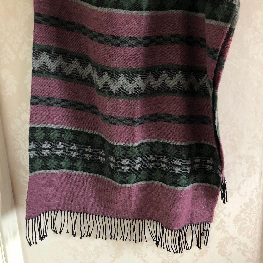 Supercool sjal i mörkare färger: lila, svart, grå, mörkgrön. Hör av dig vid frågor!. Accessoarer.