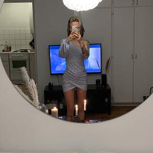 Superfin one-shoulder klänning i fantastisk babyblå färg! Tyvärr för stor för mig runt bröstet. Storlek 36 från boohoo. ❗️Många intresserade, lägg bud! Högsta bud: 200kr❗️