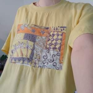 En gul t-shirt med på sytt tryck köpt second hand! Super fin! Den är oversize på mig som är S och jag brukar stoppa in den något men man får göra som man vill! ☺️