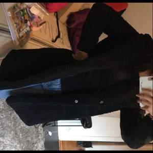 säljer min helt nya teddy kappa i storlek XS passar S-M också beroende hur man vill att den ska sitta. Prislappen är kvar. Nypris 750kr, går att byta storlek i veromoda eller byta mot en annan vara.  Säljet pga att jag fått en likadan i present.
