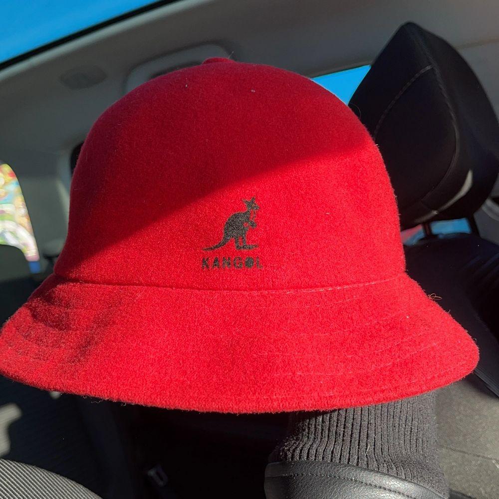 Den klassiska bucket haten från kangool i skön röd färg, passar de flesta huvuden.  300kr inkl. Frakt :). Accessoarer.
