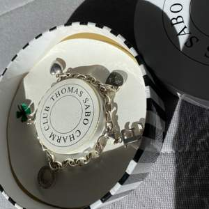 Ett Thomas Sabo armband i äkta silver inklusive 4 berlocker. Nypris för endast armbandet (utan berlocker) är 499 kr. Jag bjuder på frakten.