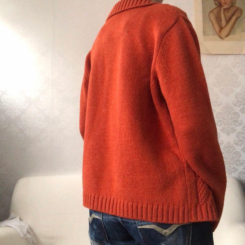 Så fin orange kofta som passar xs-l beroende på hur man vill att den ska sitta (jag har vanligtvis xs/s), 140kr + frakt 🧃. Tröjor & Koftor.
