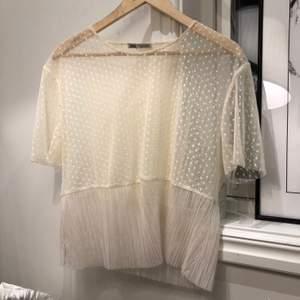 Söt liten genomskinlig topp från Zara. Fint med ett linne eller bralette under! Storlek XL men skulle säga att den passar mer M-L. Köparen står för frakt.
