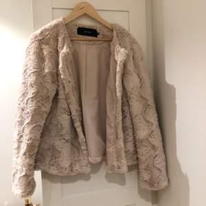 Lite tunnare faux pälsjacka från vero Moda. Härlig ljus beige/rosa färg! Osäker på fraktkostnad men kollar upp vid intresse, köparen står för frakt.