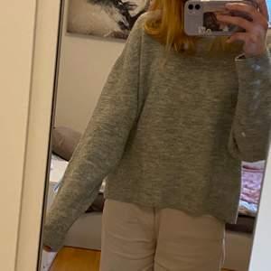 Grå stickad tröja från HM. Storlek XS men väldigt oversized så den passar nog till S och M också. Väldigt stor och mysig.