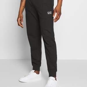 Hej! Jag säljer ett bar EA7 byxor då dem sitter tajt på mig och då jag inte har någon användning för dem. Storleken är M. Har använt dem ett par gånger men dom har ingen som helst tecken på användning.