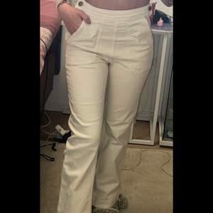 Säljer utsvängda vita jeans från hm💞