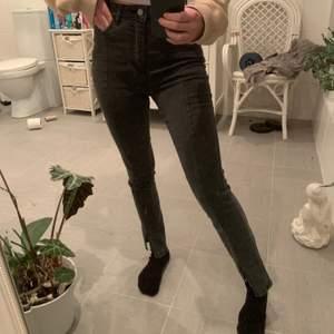 Gråa jeans med slit nertill ifrån NA-KD. Extremt fina men kommer inte till användning av mig tyvärr, så gott som nya 💓 nypris är 499 kr och jag säljer dom för 125 kr men det går att diskutera