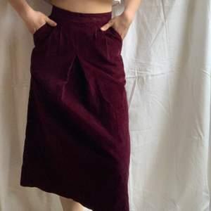 Titta på denna snygga högmidjade manchesterkjol med fickor, så härlig och verkligen vintage❤️