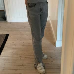 Säljer mina snygga grå jeans från Pretty Little Thing i storlek 38 💕 Rak modell med slits nertill. Sjukt eftertraktade och trendiga!!