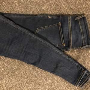Molly skum jeans från ginatricot. Helt oanvända!! Små i storleken för mig och inte min stil ! Nypris 299kr mitt pris 80kr!
