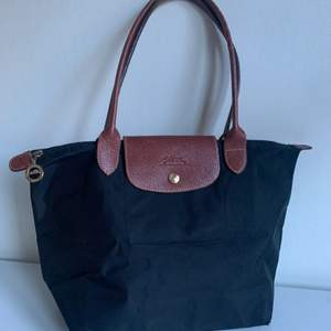 En longchamp väska i superfint skick! Modell: small Le Pliage shoulder bag Nypris: 1500kr Nu: 200kr