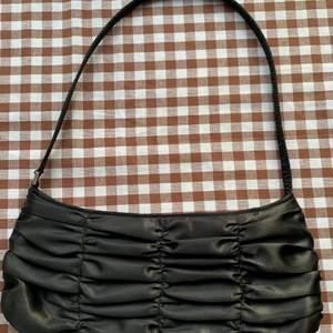 Super gullig svart liten väska