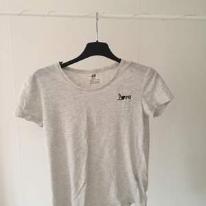 T-shirt från h&m. Lite för liten för mig så använder den inte! Frakt: 24kr