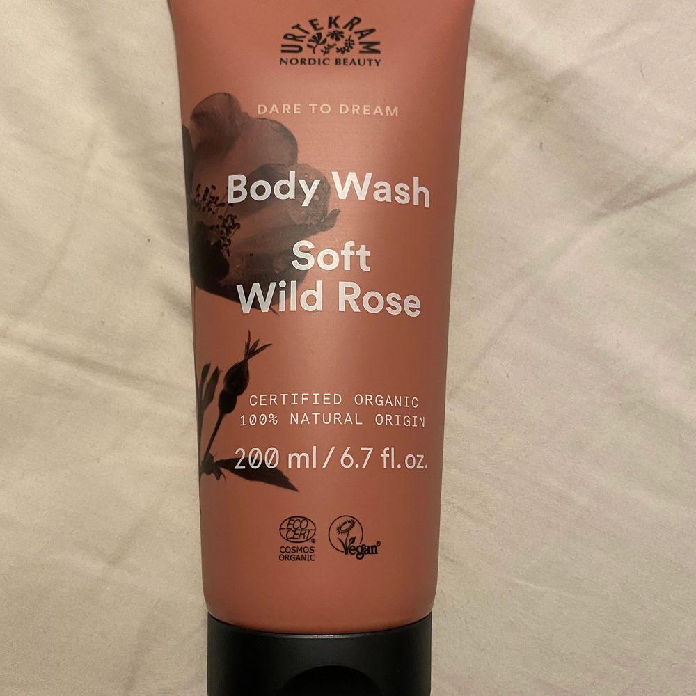 Säljer denna oanvända 200ml body wash från urtekam i doften soft wild rose.   beskrivning: Urtekram Body Wash Soft Wild Rose är en ekologisk duschtvål med en doft av solvarma nyponrosor. Dare to Dream duschgel innehåller mjukgörande och återfuktande ingredienser som aloe vera och naturliga oljor. Ekologiskt certifierad av Ecocert enligt COSMOS Organic Standard. 100 % naturligt ursprung och vegansk.  undrar man över något så är det bara att kontakta mig.. Övrigt.