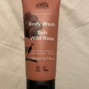 Säljer denna oanvända 200ml body wash från urtekam i doften soft wild rose.   beskrivning: Urtekram Body Wash Soft Wild Rose är en ekologisk duschtvål med en doft av solvarma nyponrosor. Dare to Dream duschgel innehåller mjukgörande och återfuktande ingredienser som aloe vera och naturliga oljor. Ekologiskt certifierad av Ecocert enligt COSMOS Organic Standard. 100 % naturligt ursprung och vegansk.  undrar man över något så är det bara att kontakta mig.