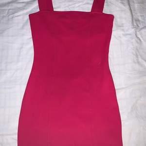 Köpte denna klänning i sommras och har tyvärr inte använt den så mycket då den har blivit lite för kort för mig. Färgen ser lite annorlunda ut på bilderna men den är lite lyssande/starkare i verkligheten. På vänster sida så har den en liten slits.