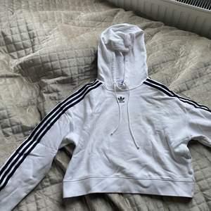 Vit Cropped hoodie ifrån Adidas. Använd 1 gång. Nypris 599, storlek M/38. Frakt ingår
