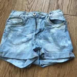 Säljer ett par shorts som har lite slitningar och ett väldigt coolt mönster:) I storlek 152 men passar xs och s