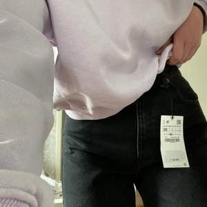 Lång snygga jeans från zara, helt nya (prislappen är kvar). Lång i modellen, går att klippa kortare så som man vill ha dom. Köpta för 399. Storlek 38 men passar även på en S. Skickar mer bilder vid intresse💗💗