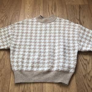 Super snygg stickad tröja i houndstooth mönster. I storlek xs men känns mer som en S. Använd 1 gång