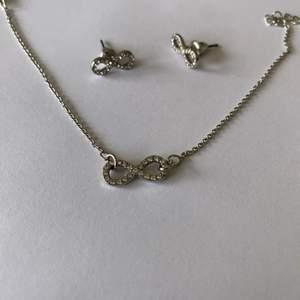 Jätte gulligt smyckes set med ett par örhängen och ett justerbart armband❤️. Minimalistiskt men ändå piffigt😍