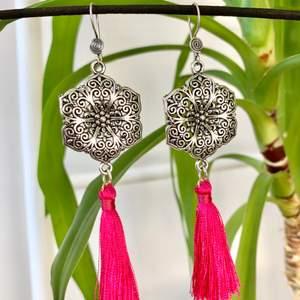 Lyxiga örhängen med blomma och fuchsia tassel. Krokarna är i sterling silver (925).
