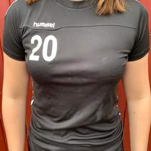 Svart hummeltröja med nummer 20 fram på bröstet och bak på ryggen